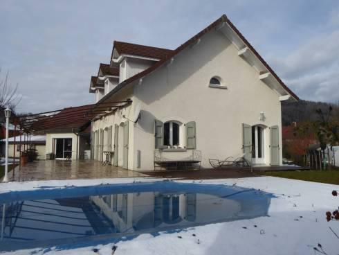 A 10 minutes de Voiron, St Laurent du Pont, Belle villa avec piscine et annexes