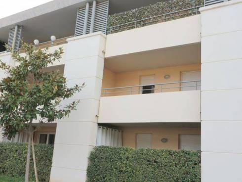 SOUS COMPROMIS - Appartement avec terrasse et 2 parkings dans résidence sécurisée avec piscine