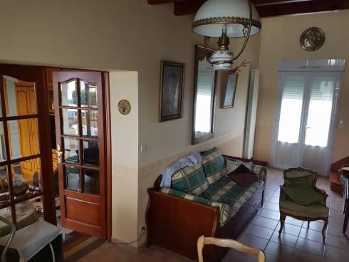 Viager occupé à FOURAS, 150m du front de mer.                                                                                        Cette maison de 132 m² située à 150 m de la plage dans un quartier calme et très recherché.              Elle comprend : au rez de chaussée, salon mansardé,  salle à manger, cuisine fermée et aménagée ouvrant  sur une terrasse exposée sud/ouest, dégagement, une chambre, salle de bains, wc ,               à l'étage mezzanine avec coin bureau, dégagement, trois chambres une salle de bains, wc    ̶  menuiserie PVC (2014)   isolation sous toiture et chaudière récente (1 an Chauffage au gaz de ville)  ̶  aucun gros travaux à prévoir,  cave, jardin clos.                                                                                                                        Vente au comptant avec réserve du droit d'usage et d'habitation au profit d'un homme de 93 ans. Valeur libre du bien 360.400€ (honoraires agence inclus) -Bouquet à verser au comptant de 260.400€ (honoraires agence inclus) SANS RENTE MENSUELLE   Taxe foncière 1000 €- Une belle opportunité pour un produit rare sur le marché.                                                                                                               Mon avis : Maison en parfait état, occupée par un homme de 93 ans,  très bon potentiel  A TERME, pour investisseur, projetant d'optimiser son acquisition en résidence principale ou secondaire.                                                                                150M DU FRONT DE MER