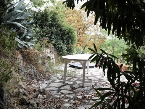 SOUS COMPROMIS - Maison de village avec 2 belles terrasses extérieures végétalisées.