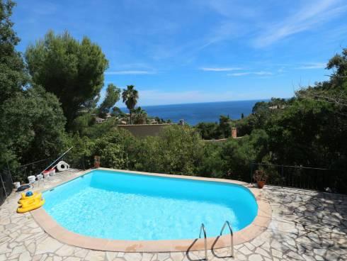 SOUS COMPROMIS - Très belle vue mer pour cette  spacieuse villa provençale