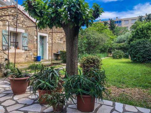 Maison (70m²)+ Mazet (25m²) + Garage sur 800m² à 2kms des Arènes et de la maison carrée.