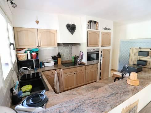 SOUS COMPROMIS -INVESTISSEURS. Maison/appartement scindée en 2 logements loués avec 2 garages.
